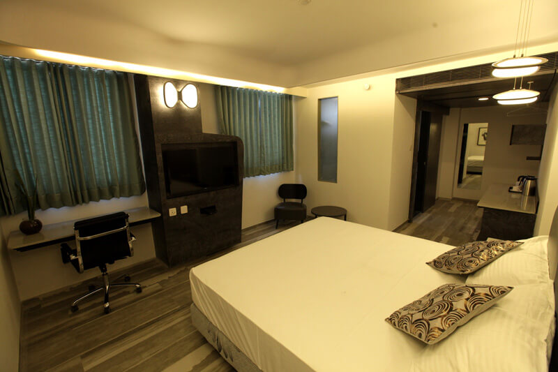 spacious deluxe room - hummingbird hotel